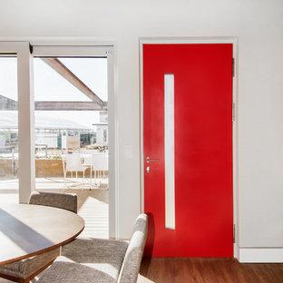Foto de comedor retro, pequeño, abierto, con paredes blancas y suelo de madera en tonos medios