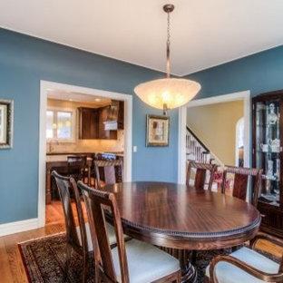 Imagen de comedor minimalista con suelo azul