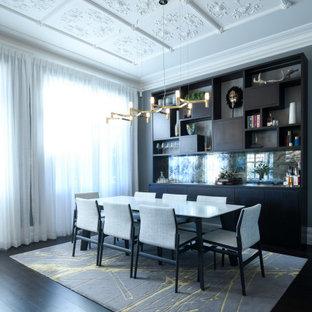Ispirazione per una grande sala da pranzo minimalista chiusa con pareti grigie, parquet scuro e pavimento nero