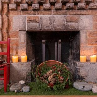 Esempio di una sala da pranzo american style di medie dimensioni e chiusa con pareti rosse, pavimento in legno massello medio, camino classico e cornice del camino in pietra