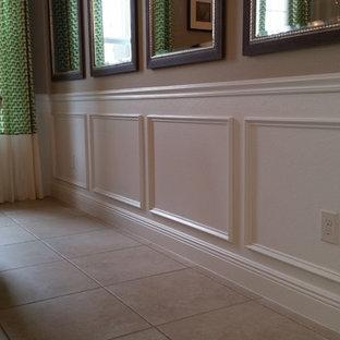 Immagine di una piccola sala da pranzo classica chiusa con pareti marroni, pavimento con piastrelle in ceramica, nessun camino e pavimento beige