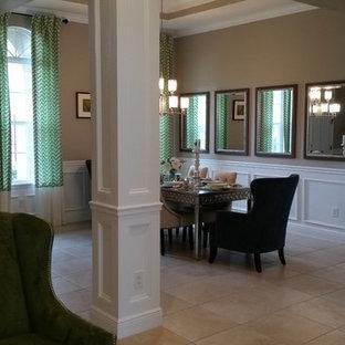 Exempel på en liten klassisk separat matplats, med bruna väggar, klinkergolv i keramik och beiget golv