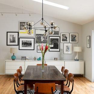 Imagen de comedor retro, grande, abierto, sin chimenea, con suelo de madera clara, paredes grises y suelo beige