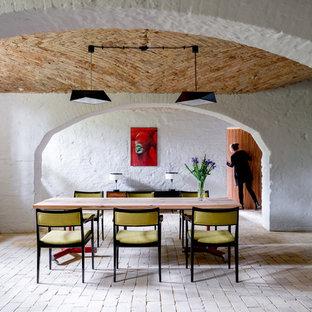 Diseño de comedor retro, grande, abierto, sin chimenea, con paredes blancas, suelo de ladrillo y suelo beige