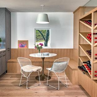 Свежая идея для дизайна: маленькая столовая в современном стиле с белыми стенами, светлым паркетным полом и бежевым полом без камина - отличное фото интерьера