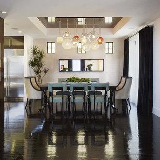 Inspiration för mellanstora moderna matplatser med öppen planlösning, med vita väggar, mörkt trägolv, en spiselkrans i betong och svart golv