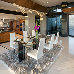 Esempio di una sala da pranzo aperta verso il soggiorno moderna di medie dimensioni con pareti grigie, pavimento con piastrelle in ceramica e nessun camino