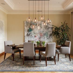 Idee per una grande sala da pranzo aperta verso il soggiorno minimalista con pareti beige, parquet chiaro, nessun camino e pavimento marrone