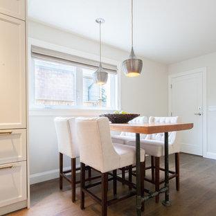 Cette photo montre une petite salle à manger ouverte sur la cuisine romantique avec un mur blanc, un sol en bois brun et aucune cheminée.