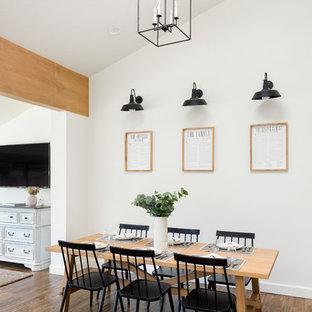 Foto di una sala da pranzo aperta verso la cucina country di medie dimensioni con pareti bianche, pavimento in gres porcellanato e pavimento marrone