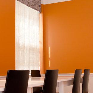 Esempio di un'ampia sala da pranzo aperta verso la cucina design con pareti arancioni