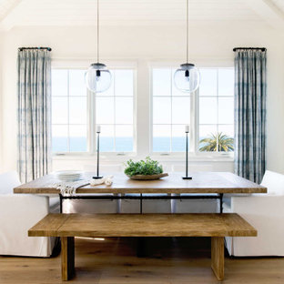 Diseño de comedor machihembrado y abovedado, costero, con paredes blancas, suelo de madera en tonos medios y suelo marrón