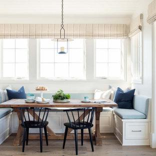На фото: большая кухня-столовая в морском стиле с белыми стенами, паркетным полом среднего тона, коричневым полом, потолком из вагонки и панелями на части стены с