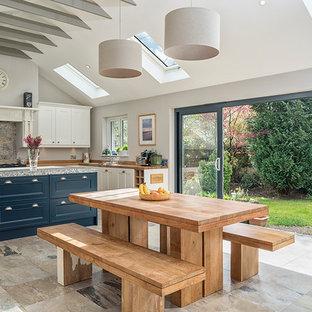 Новый формат декора квартиры: большая кухня-столовая в стиле кантри с серыми стенами и бежевым полом