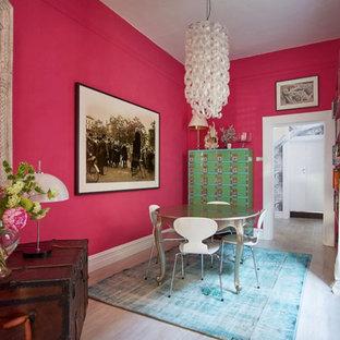Modelo de comedor ecléctico, pequeño, cerrado, con paredes rosas y suelo de madera clara