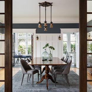 Modelo de comedor de estilo americano, de tamaño medio, cerrado, sin chimenea, con paredes multicolor, suelo de madera en tonos medios y suelo beige