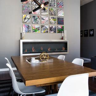 Diseño de comedor contemporáneo, grande, abierto, con paredes grises, suelo de madera oscura y chimeneas suspendidas