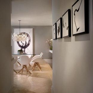 マイアミの中サイズのコンテンポラリースタイルのおしゃれなLDK (グレーの壁、大理石の床、暖炉なし) の写真