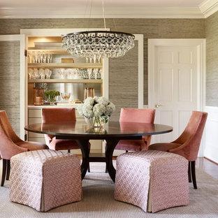 Idee per una sala da pranzo tradizionale chiusa e di medie dimensioni con pavimento in legno massello medio, nessun camino, pareti marroni e pavimento marrone