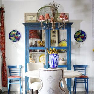Diseño de comedor de cocina ecléctico con paredes blancas y suelo multicolor