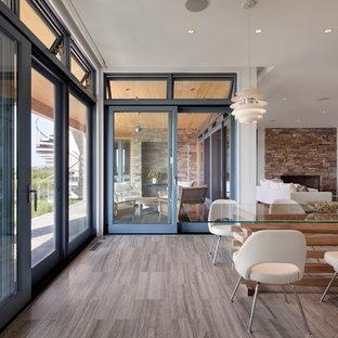 Foto de comedor actual, extra grande, abierto, sin chimenea, con paredes blancas, suelo laminado y suelo marrón