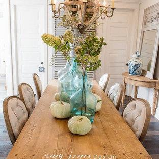 Modelo de comedor de estilo de casa de campo, de tamaño medio, abierto, con paredes blancas y suelo de madera en tonos medios