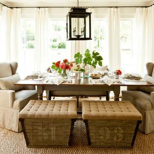 Cette image montre une salle à manger rustique fermée et de taille moyenne avec un mur blanc, un sol en bois brun, un sol jaune et aucune cheminée.