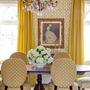 Diseño de comedor actual, de tamaño medio, con paredes amarillas y suelo de madera en tonos medios