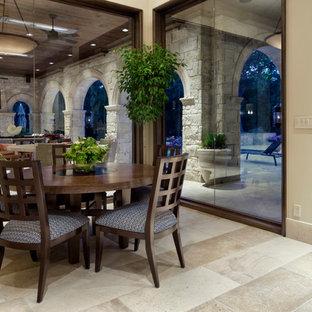 Новые идеи обустройства дома: столовая в средиземноморском стиле с бежевыми стенами
