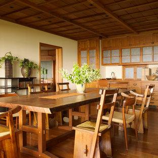 Неиссякаемый источник вдохновения для домашнего уюта: столовая в восточном стиле с бежевыми стенами и паркетным полом среднего тона