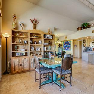 Immagine di una grande sala da pranzo aperta verso il soggiorno stile americano con pareti beige, pavimento con piastrelle in ceramica, nessun camino e pavimento beige
