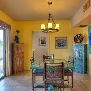 フェニックスの中くらいのサンタフェスタイルのおしゃれな独立型ダイニング (黄色い壁、セラミックタイルの床、暖炉なし) の写真