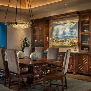 Cette image montre une grand salle à manger ouverte sur le salon sud-ouest américain avec un mur gris, béton au sol et aucune cheminée.