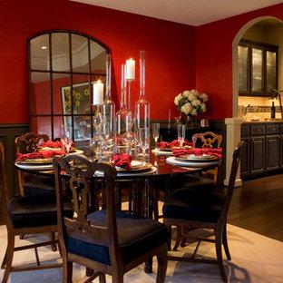 Inspiration pour une salle à manger traditionnelle de taille moyenne et fermée avec un mur rouge, un sol en bois foncé et aucune cheminée.