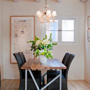 Esempio di una sala da pranzo american style di medie dimensioni con pareti beige e parquet chiaro
