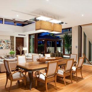 Offenes Tropisches Esszimmer mit braunem Holzboden in Brisbane