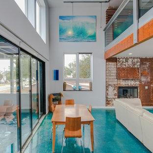 Свежая идея для дизайна: столовая в современном стиле с белыми стенами, стандартным камином, фасадом камина из металла и бирюзовым полом - отличное фото интерьера