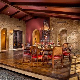 Ispirazione per una sala da pranzo mediterranea con pareti rosse, pavimento in legno massello medio e pavimento marrone