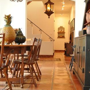 オースティンの中くらいのサンタフェスタイルのおしゃれな独立型ダイニング (テラコッタタイルの床、白い壁、暖炉なし) の写真
