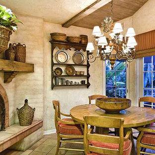Foto de comedor de cocina de estilo americano, pequeño, con paredes beige, suelo de baldosas de cerámica, chimenea de esquina, marco de chimenea de baldosas y/o azulejos y suelo marrón