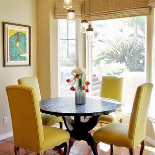 Immagine di una sala da pranzo aperta verso la cucina mediterranea di medie dimensioni con pareti beige, pavimento in terracotta e pavimento arancione