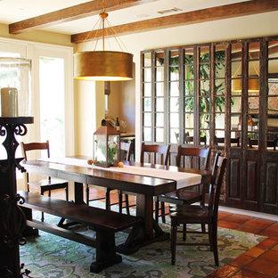 Esempio di una sala da pranzo aperta verso la cucina di medie dimensioni con pareti beige, pavimento in terracotta e pavimento arancione