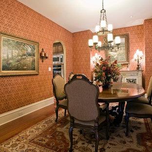 Foto på en mellanstor vintage separat matplats, med orange väggar, mörkt trägolv och brunt golv