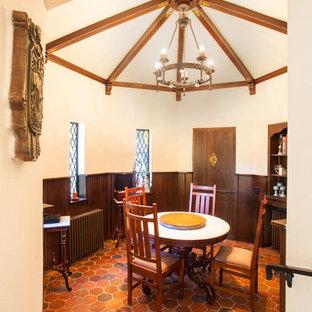 Immagine di una sala da pranzo mediterranea chiusa e di medie dimensioni con pareti bianche, pavimento in terracotta, nessun camino e pavimento arancione