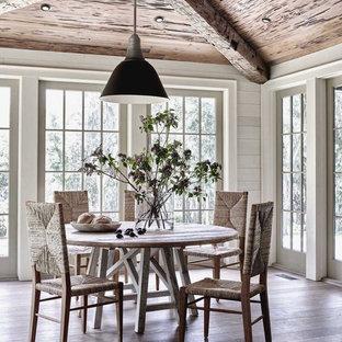 Modelo de comedor costero con suelo de madera clara y suelo beige