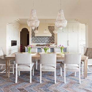 Immagine di una grande sala da pranzo aperta verso la cucina chic con pareti beige, pavimento in legno massello medio, nessun camino e pavimento multicolore