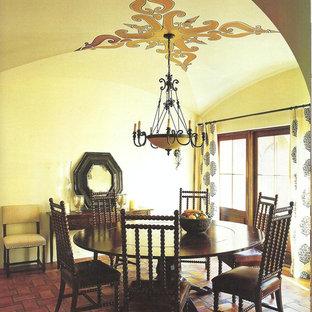 Idées déco pour une salle à manger ouverte sur la cuisine montagne de taille moyenne avec un mur beige, un sol en carreau de terre cuite et aucune cheminée.