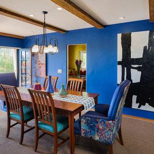 Esempio di una sala da pranzo aperta verso la cucina mediterranea di medie dimensioni con pareti blu, parquet chiaro, nessun camino e pavimento beige
