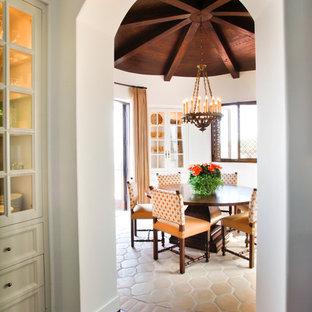 Idee per una sala da pranzo aperta verso la cucina mediterranea di medie dimensioni con pavimento in cemento e pavimento multicolore
