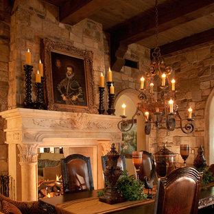 Modelo de comedor rural, extra grande, cerrado, con paredes marrones, suelo de travertino, chimenea de doble cara y marco de chimenea de piedra